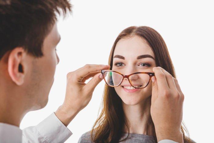 ung pige der for sat briller på af en optiker