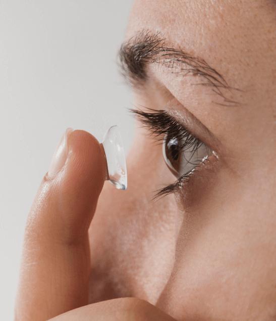en der tager kontaktlinse på i venstre øje
