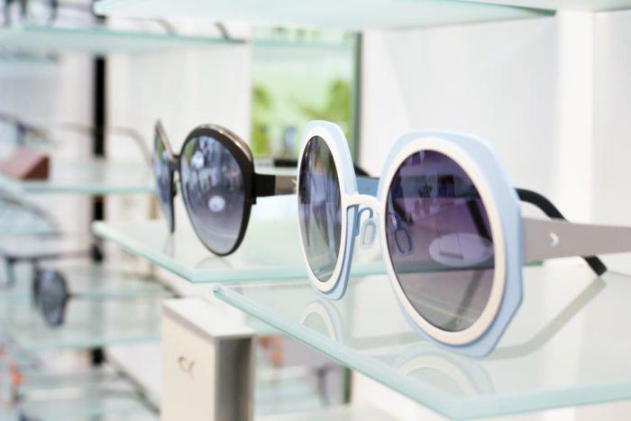 blackfin solbriller. En med spejlglas og sort ramme og den anden i lyse pastel farver og graduerede glas