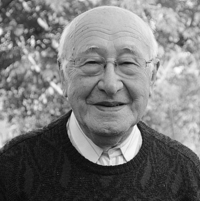 sort hvid billed af ældre mand med briller